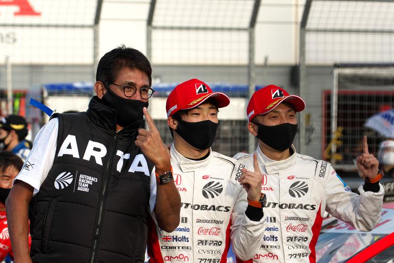 SUPER GT第7戦もてぎで優勝した8号車 ARTA NSX-GTの鈴木亜久里監督(左)、福住仁嶺選手(中)、野尻智紀選手(右)