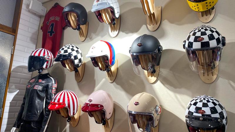 モトーリモーダ銀座店の店内は、見ているだけでも楽しいのですが、とくに壮観なのはこのヘルメットコーナー。シャネルのCMでも使われたという、ベージュのヘルメットは由美さんも狙っているそうです(笑)