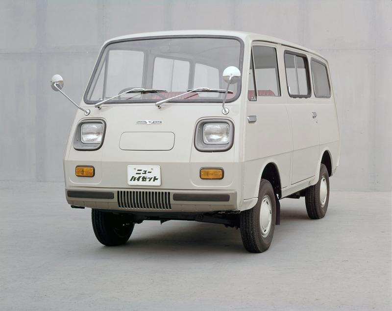 3代目(バン)1968年5月:トラックと同時にバンタイプもフルモデルチェンジ。バンタイプには独立懸架式サスペンションを採用し、乗用車並みの乗り心地を確保。また、1970年の大阪万博では、ハイゼットバンのシャシーをベースとした遊覧用電気自動車が活躍した