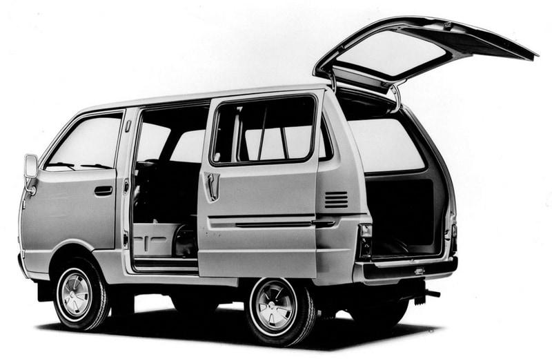 4代目(トラック)1971年9月:積載性、乗り心地や居住性などを向上。また翌1972年に、軽ライトバンで初めてスライド式ドアを採用した「ハイゼットスライドバン」を発売して利便性を向上。この頃は電気自動車にも積極的に取り組み、4代目では急速充電システム付きの「クイックチャージ式電気自動車」を開発、1976年の大阪国際見本市に出展