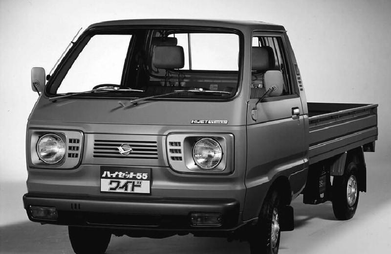 5代目(トラック)1977年4月:排気量、全長・全幅・全高を拡大した新規格軽自動車「ハイゼット55(ゴーゴー)ワイド」を発売し、翌月にはバンもフルモデルチェンジ。当時は公害問題に伴い、自動車に対して高い環境対応が求められ、非常に厳しい排出ガス規制に対応できるAB型550ccエンジンを新開発してハイゼットにも搭載