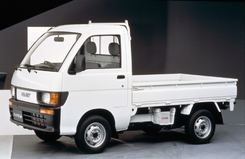 8代目1994年1月(トラック):1991年に実施された軽自動車規格変更に伴いフルモデルチェンジ。新開発のEF型660ccエンジンを搭載し、快適な走行性能を実現するとともに、積載性や使い勝手など、全方位で性能を向上。また、1980年代からハイゼットの海外生産が始まり、インドネシアやマレーシアでハイゼットベースの現地専用車を生産