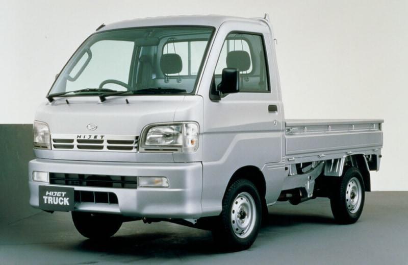 9代目(トラック・バン)1999年1月:安全性の向上を主眼とした1998年の軽自動車規格変更に合わせ、全長・全幅を拡大しフルモデルチェンジし、ハイゼット トラックへ名称を変更。取りまわしのしやすいフルキャブスタイルを踏襲しながら、新国内衝突安全基準をクリアしたトップクラスの安全性を実現。また新開発エンジンを採用し、環境性能と走行性も向上。バンも同時にフルモデルチェンジし、ハイゼット カーゴへ名称変更。イタリア人デザイナーであるジウジアーロ氏のデザインを採用し、トラック同様に安全性や走行性能を向上