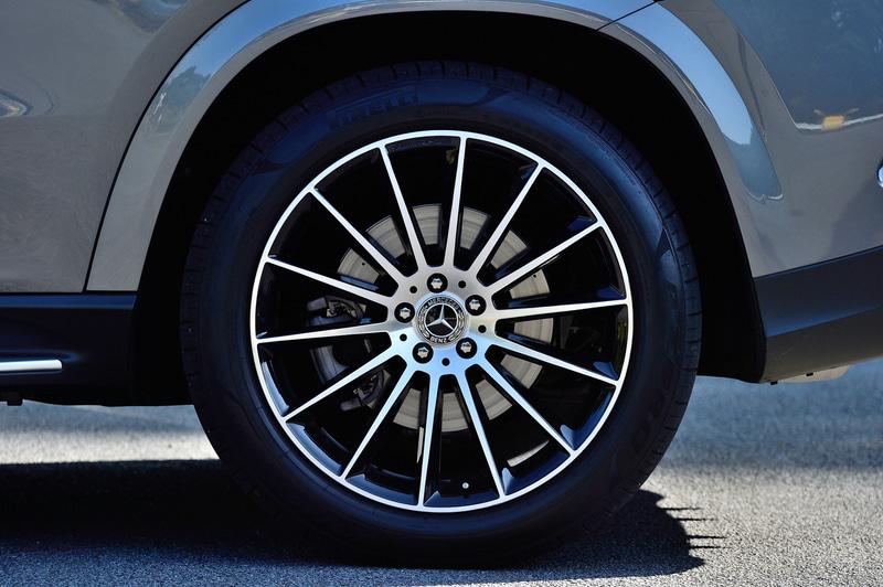 6月に受注を開始した新型「GLE クーペ」。試乗車は「GLE 400 d 4MATIC クーペ Sports」(1186万円)で、ボディサイズは4955×2020×1715mm(全長×全幅×全高)、ホイールベースは2935mm。7名乗車のSUV「GLE」をベースに、5名乗車のクーペスタイルを採用してスタイリッシュでSUVらしい存在感、走行性能、利便性を備えたモデルとして2016年に誕生。2代目となる新型GLE クーペは、SUVクーペとしての個性を引き継ぎながら内外装デザインを一新した