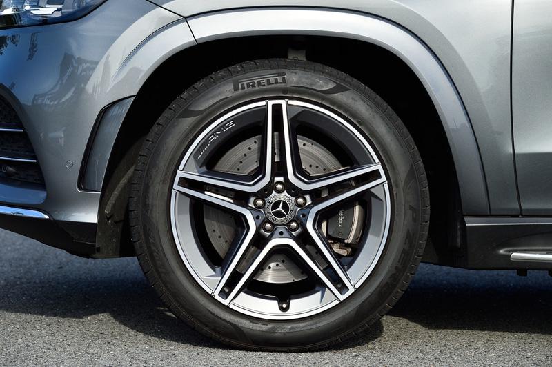 3月に発売された最上級SUV「GLS」。試乗車は「GLS 400 d 4MATIC」(1263万円)で、ボディサイズは5220×2030×1825mm(全長×全幅×全高)、ホイールベースは3135mm。3世代目となる新型GLSでは、内外装デザインを一新して最新技術と装備を搭載。上記のGLE クーペとともに、直列6気筒 3.0リッターディーゼルターボ「OM656」型エンジンを備え、最高出力243kW(330PS)/3600-4200rpm、最大トルク700Nm(71.4kgfm)/1200-3200rpmを発生。WLTCモード燃費はGLE クーペが11.7km/L、GLSが10.9km/L
