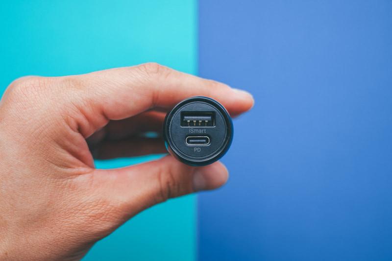 27.2×27.2×58.1mmのコンパクトサイズで、充電ポートはUSB Aタイプ(最大12W)とUSB Cタイプ(最大16W)の2口を搭載し、最大2台まで同時充電可能