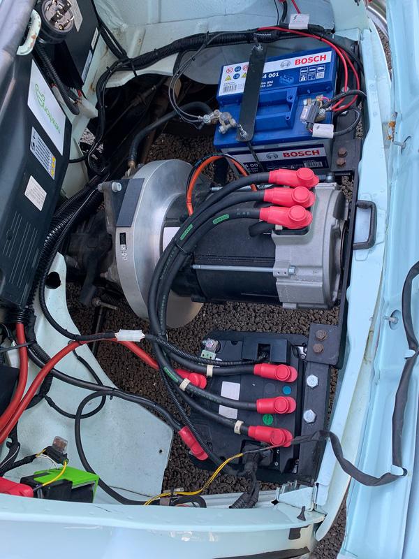 リアエンドには2気筒エンジンの代わりに13kWのモーター