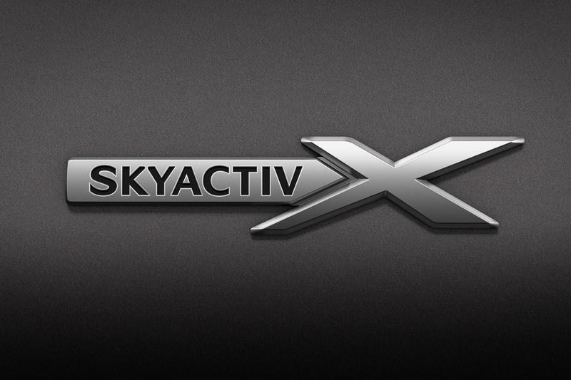 フロントフェンダー部の「SKYACTIV-X」バッヂ