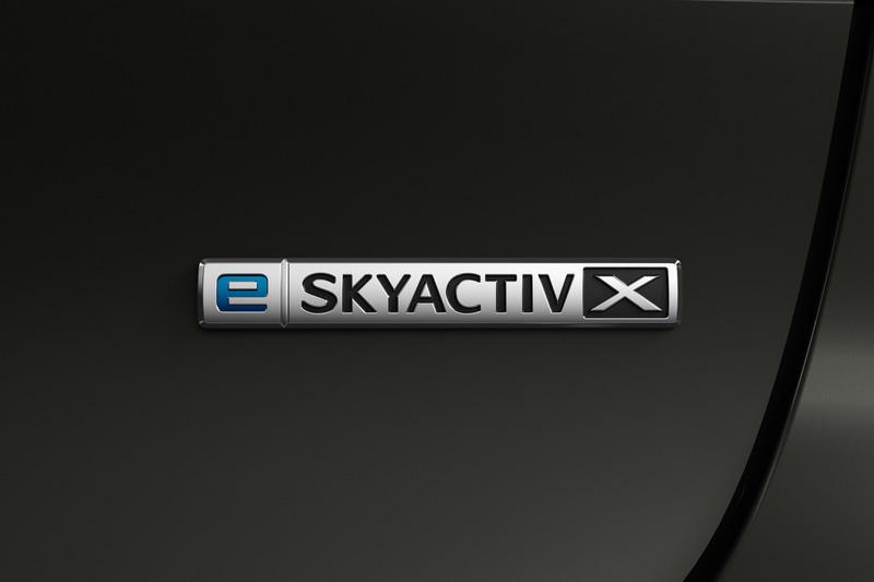 リア部の「e-SKYACTIV X」バッヂ