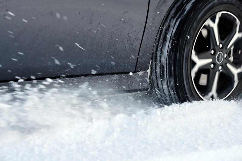 高い氷上性能を有するWINTER MAXX 03、その性能の秘密は「タイヤ表面にナノレベルで存在する凹凸構造」で、滑りやすい路面状況でも高いグリップ力を引き出せる