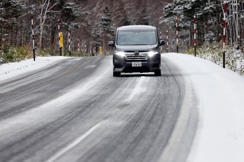 表面が濡れた凍結路面も安定して走れる!