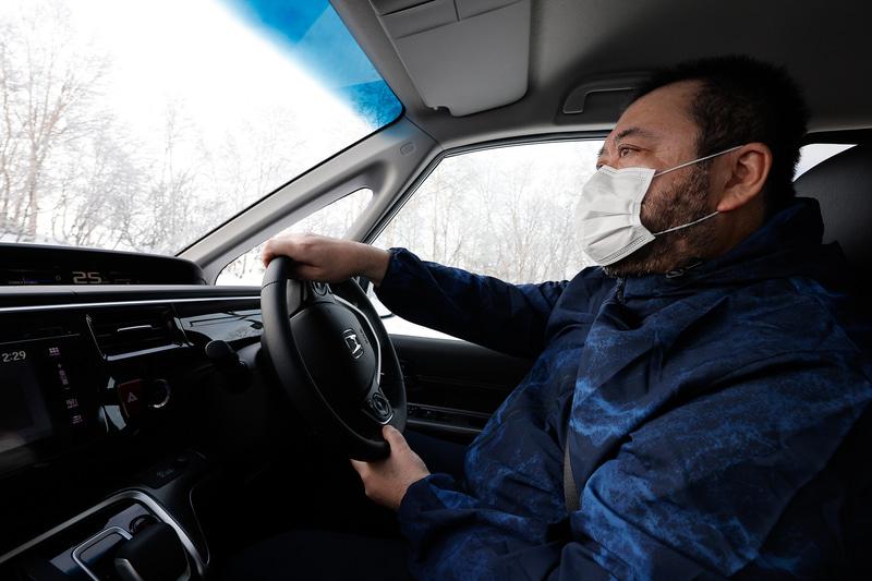 最も危険な状態の凍結路面を安心して走れるか、北海道の雪道で試してみました