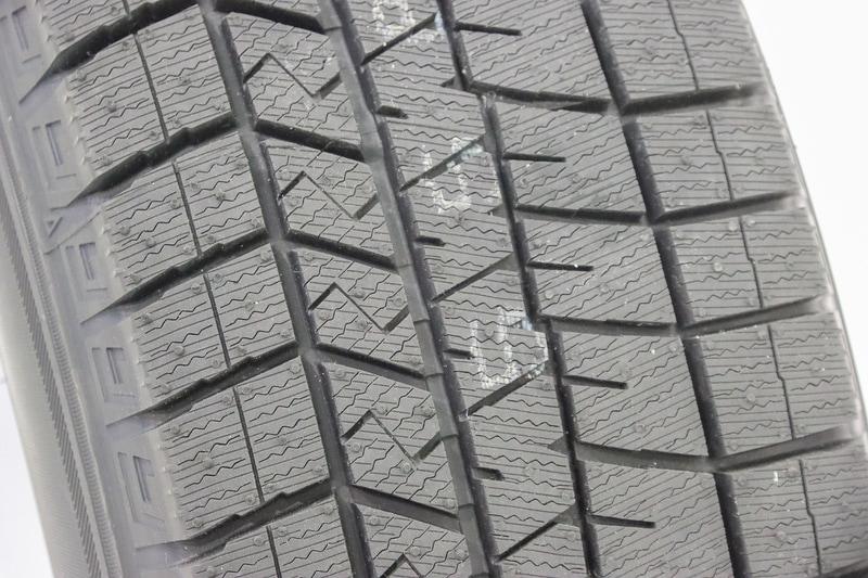 """WINTER MAXX 03では、タイヤ表面にナノレベルで施された凹凸構造を持つ新技術の「ナノ凹凸ゴム」の微細な突起部分が、いち早く水膜に到達することで除水スピードが速まり、密着時間が増加するとともに素材の柔らかさにより氷への密着性を向上。ナノ凹凸ゴムはゴムの中に水と反応して溶ける性質を持つ「MAXXグリップトリガー」を含み、摩耗しても表面に出てきたMAXXグリップトリガーが溶けることで凹凸構造が再出現して長く性能を維持する。また、クラレが開発した素材「液状ファルネセンゴム」の採用によって低温下での密着とゴムの柔らかさを実現するとともに、ゴムのしなやかさを長期にわたって保つことでその高い氷上性能を長期間維持する。このナノ凹凸ゴムと液状ファルネセンゴムを組み合わせることで、WINTER MAXX 03ではWINTER MAXX 02以上の""""効き持ち""""を実現した"""