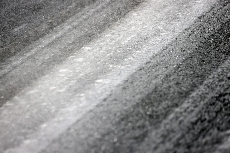 このようなやや濡れた凍結路面で強めのブレーキをかけても安心して止まることができた