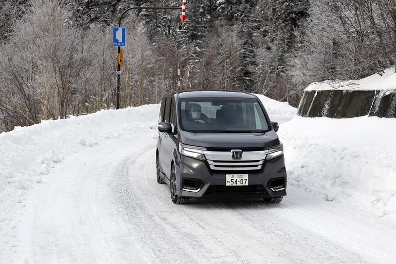 新雪アイスバーンをFFの重量級ミニバンで上る