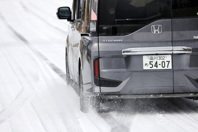 例年より寒くなるという2020年冬。アイスバーンなどすべりやすい路面で危険がないよう、早めに信頼できるスタッドレスタイヤに履き替えて冬を迎えたいですね
