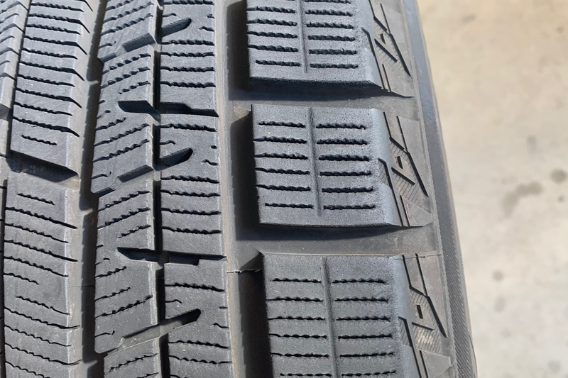 ショルダーのアップ。エッジが削れているのが分かる。偏磨耗の状態でどこに履いたタイヤか見当がつくでしょうか?