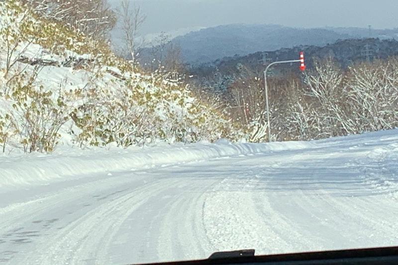 スタッドレスタイヤなら圧雪路面は走りやすく快適だ