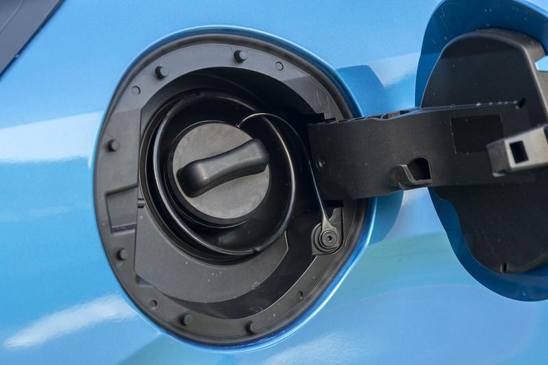 燃料は無鉛レギュラーガソリン仕様。タンク容量はFのみ32L、それ以外は36L