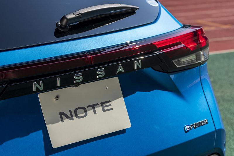 水平に伸びるリアガーニッシュにはNISSANの文字。ステッカーではないところに新型の意気込みが感じられる