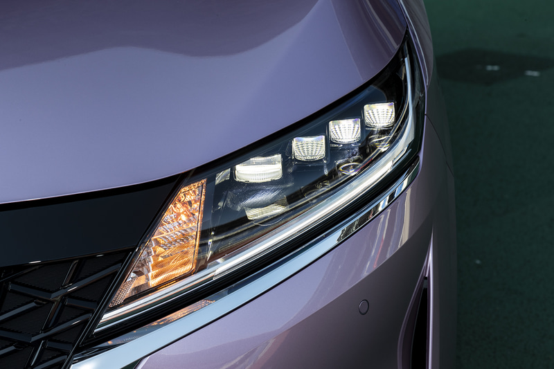 全グレードにオプション設定されるLEDヘッドライト。先行車や対向車を検知して照射範囲を自動で切り替える機能も備わる