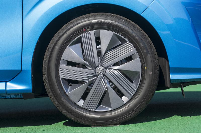 Xグレードのタイヤサイズは185/60R16でフルホイールキャップが付く。その他のグレードは185/65R15