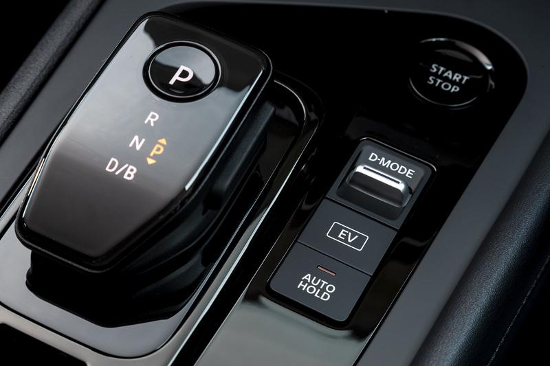 シフト横にはドライブモードの変更スイッチなどが並ぶ