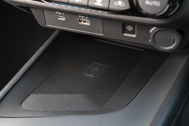 タイプAのUSB電源ソケットが標準。オプションでタイプCとワイヤレス充電器の装着が可能
