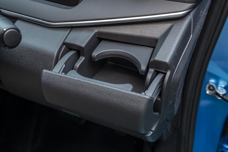 運転席側のカップホルダーは紙パックにも対応。収納時はスマホを置くことができるポケット形状になる