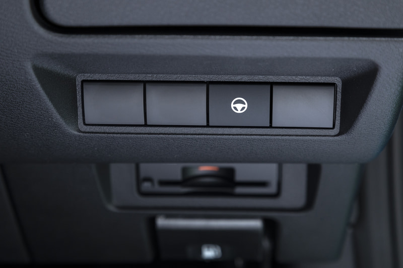 ステアリングコラム右側のスイッチ群。下にはETC車載器の装着スペースも用意