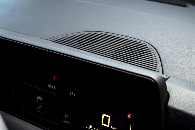 メーターパネル上には情報提示時の音を再生するスピーカーを配置。今回はバンダイナムコのサウンドクリエイターとのコラボレーションにより、これらの音が一新されている