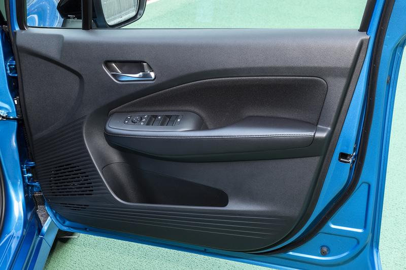 運転席ドアトリム。インナーハンドルがメッキ仕上げとなるのはXグレードのみ