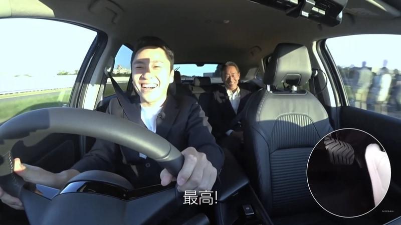 テストコースをドライブする太田雄貴氏