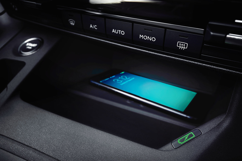 ワイヤレススマートフォンチャージャーは全車標準装備