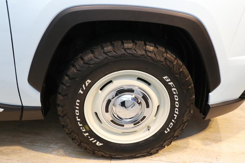 オプションのヴィンテージ風のアルミホイールとタイヤを装備