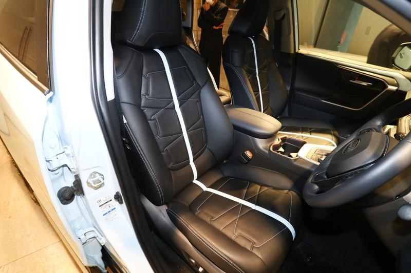 運転席。シート表皮はバディのオリジナル。シートのカラーはボディカラーに合わせている