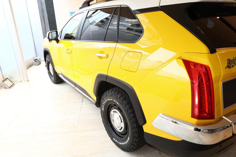 オプションのヴィンテージ風のアルミホイールとタイヤを装備。ホイールのカラーはマットブラック