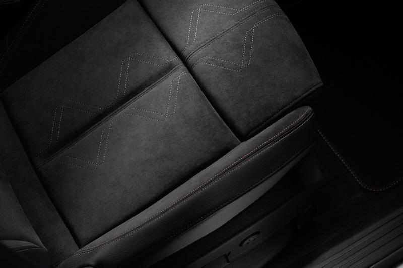 アルカンターラをふんだんに用いてブラックを基調とした内装には、カルマンとゴールドのステッチをアクセントに追加