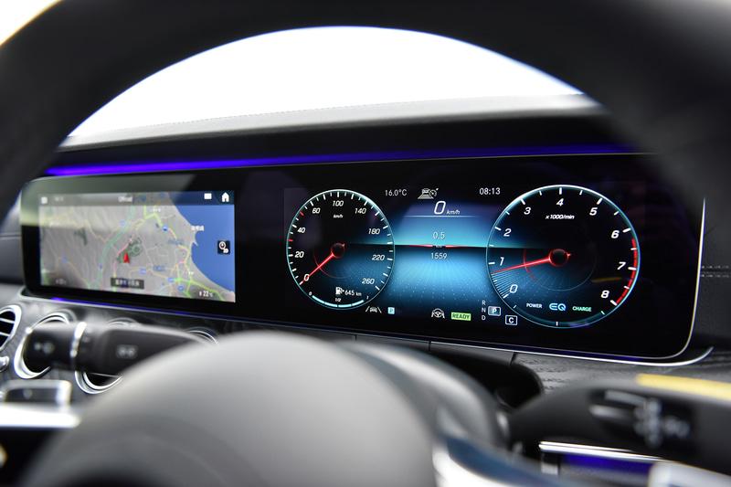 新型Eクラスでは「スポーツ」各モデルとメルセデスAMG各モデルに新世代のステアリングホイールを採用し、近未来的なスポーティさを演出。また、ナビゲーションやインストルメントクラスター内の各種設定や安全運転支援システムの設定を全て手元で完結できる機能性も有するとともに、従来はタッチコントロールボタンへの接触やステアリングホイールにかかるトルクで判定していた、ディスタンスアシスト・ディストロニック使用時のハンズオフ検知機能のために、新たにリムに静電容量式センサーを備えたパッドを採用