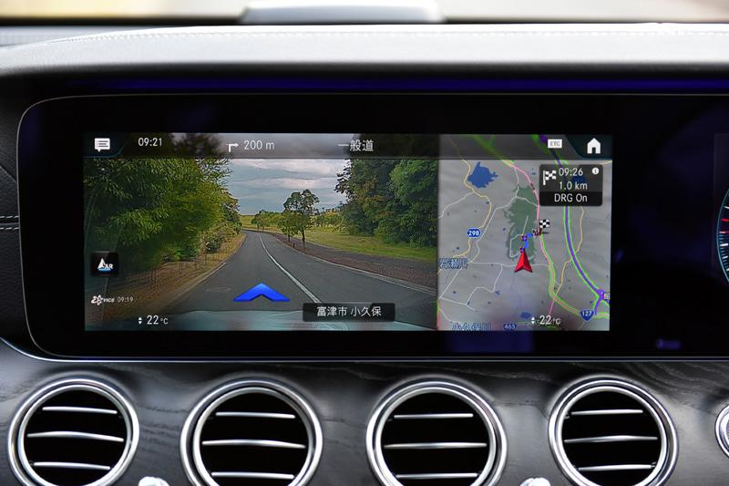 新型Eクラスでは、日本で販売される乗用車で初のAR(Augmented Reality、拡張現実)ナビゲーションを採用。従来では目的地を設定して行先案内をする場合、地図上に進むべき道路がハイライトされるが、今回の新型Eクラスではそれに加えて車両の前面に広がる現実の景色がナビゲーション画面の一部に映し出され、その進むべき道路に矢印を表示する