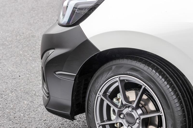 後期型フリードに付いていた「エアロフィン」は、新型フィットにも採用。タイヤハウス内の空気を逃がしてくれる