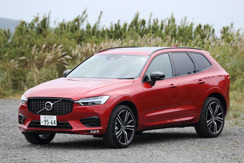ボルボ「XC60 B6 AWD R-Design」(799万円)。ボディサイズは4690×1915×1660mm(全長×全幅×全高)、ホイールベースは2865mm。車両重量は1940kg(チルトアップ機構付電動パノラマ・ガラス・サンルーフ装着車は+20kg)。R-Design専用フロントグリルを装着するほか、ドアミラーカバやサイドウィンドウ・トリムがブラックアウトされ、印象を引き締めている