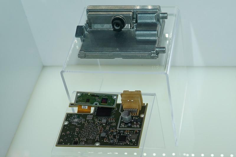 2020年1月にラスベガスで開催されたCESで展示されたモービルアイの単眼カメラシステム(筆者撮影)