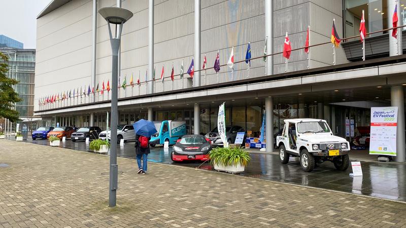 第26回日本EVフェスティバルは、初めての都市型イベントとして、お台場の東京国際交流館 プラザ平成で開催されました。自動車メーカーの最新EV&PHVはもちろん、市販車をベースにEVにコンバートした手作りEVまで、バラエティ豊かな展示車が通行人の注目を集めていました。手前に見える白いジムニーも、もちろんEV! 険しい山道もスイスイ登っていく冒険ジムニー、楽しそうですよね