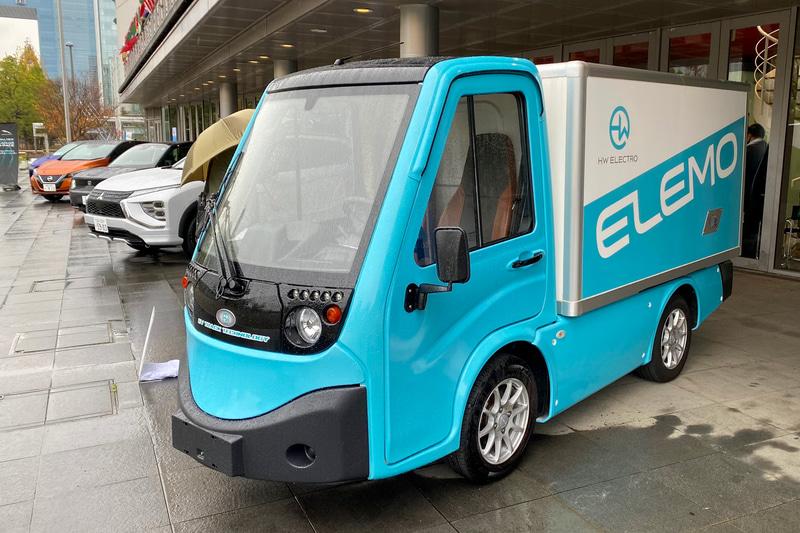 2021年7月に発売予定となっている、ポスト軽トラとして活躍してくれそうなEV、「ELEMO」。全長が3910mmあるので、軽自動車ではなく登録車扱いとなるそうですが、基本ボディは「フラットベッド」「アルミ平ボディ」「ボックスタイプ」の3タイプがあります。バッテリー容量と一充電航続距離は、13kWhが120km、25.9kWhが200kmの2種類。価格は199万円からとなっています