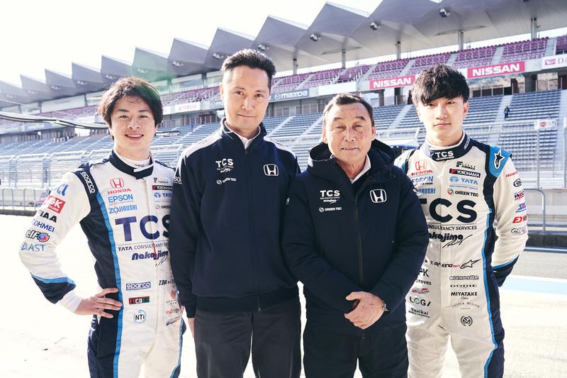 左からTCS NAKAJIMA RACINGのドライバー大湯都史樹選手、日本TCSの井原氏、中嶋悟監督、牧野任祐選手(提供:日本TCS)