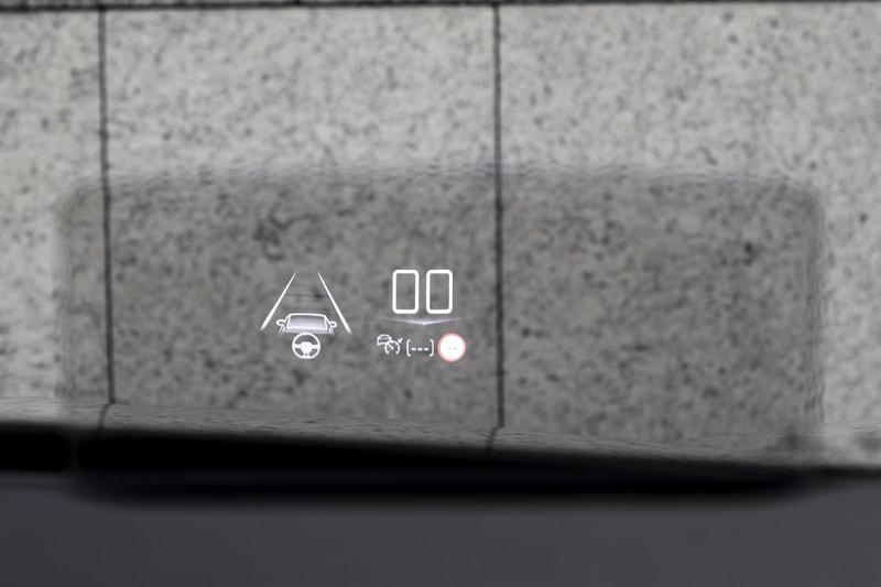 センターディスプレイのエアコン操作画面やオーディオ操作画面、メーター表示、ヘッドアップディスプレイ表示などの数字や英字はDS専用のフォントが用いられる