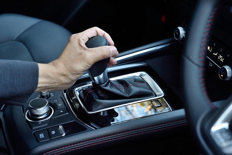 今回の商品改良では、走行性能と利便性の向上による「走る歓び」の進化が行なわれたというが、アクセルペダルの踏力の変更、AT制御、エンジン制御を最適化したことで、結果的にドライバーのステアリング操作にも影響を及ぼし、走り全体が向上した