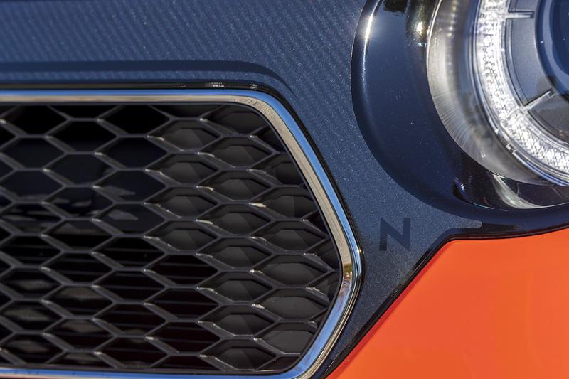 フロントグリルをスポーティなカーボン柄に変更する「デカール フロントグリル」。Nの文字がデザインされている。また、フロントフードにはパワフルなイメージを高める「デカール フード」を、バンパー下部にはブラック塗装の「フロントロアーガーニッシュ」を装着する