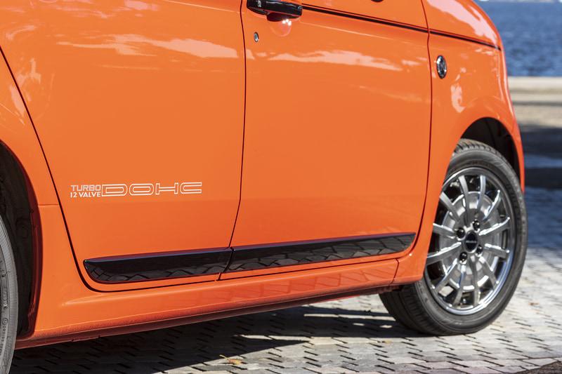 1シートにクラシカルなデカールを凝縮した「デカール ボディセット」。写真ではサイドに「TURBO 12VALVE DOHC」のデカールを装着している